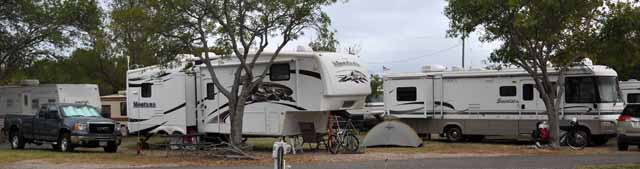 Tag 34 102 Westlich von Del Rio auf einem RV-Park. Mein kleines Zelt neben den Wohnmobil-Monstern der Amis.