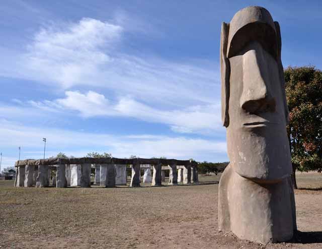Tag 39 105 106 Bei Kerrville hat ein Bürger mit Beton Stonehenge nachgebaut (sehr grob...). Und weil es nach seiner Ansicht passt, auch noch eine Figur von den Osterinseln.