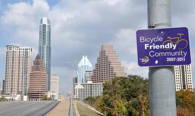 Tag 42 109 Austin soll Radlerfreundlich sein. Ich war froh, es lebend über diese Brücke geschafft zu haben. In der Stadt gibt es jedoch spezielle Radlerrouten und Busse haben vorn ein Gestell, in das man sein Rad stellen und so beide Verkehrmittel nutzen kann.