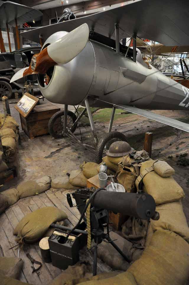 Tag 65 136 bis 142 Das US Naval Aviation Museum ist sehr groß: Es gibt viele Flugzeuge zu sehen, die im Kriegseinsatz waren. Darunter der erste Düsenjäger, eine deutsche Messerschmitt ME 262.