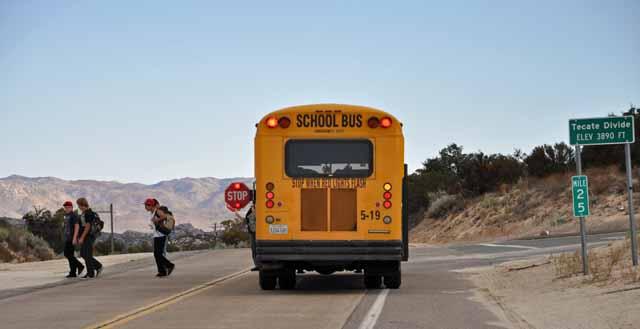 """Tag 4 13 Die Schulbusse sehen aus wie aus den 50ern. Interessant ist das Stop""""-Schild, das hinten bei Bedarf ausfährt."""
