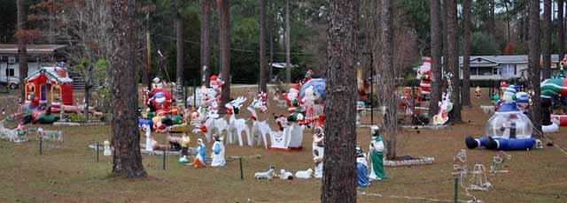 Tag 69 144 bis 148 Hunderte Weihnachtsfiguren aus Plastik oder aufblasbar bevölkern bei Woodville dieses Waldgrundstück. Die Heilige Familie gibt es gleich in drei Versionen.