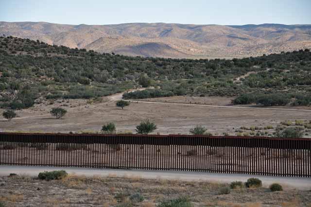 Tag 4 15 und 16 Bei Jacumba ist die riesige Mauer zu sehen, mit der versucht wird die Grenze nach Mexiko dicht zu machen.