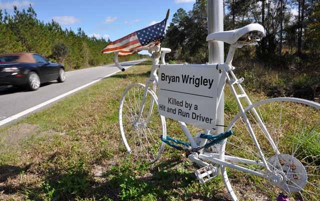Tag 77 170 Ein Ghostbike erinnert kurz vor St. Augustine an einen Radfahrer, der hier von einem Autofahrer angefahren wurde und starb.