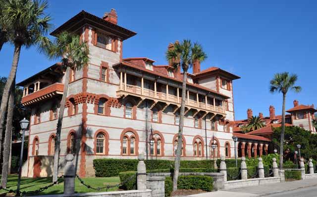 Tag 77 171 St. Augustine hat Gebäude, deren Architektur an Spanien erinnert. Das College wurde als Hotel gebaut.