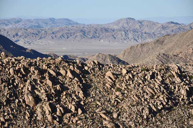 Tag 4 17 Blick nach Mexiko - kahle Berge. Jedes Jahr verdursten viele Mexikaner beim Versuch, illegal in die USA einzuwandern.