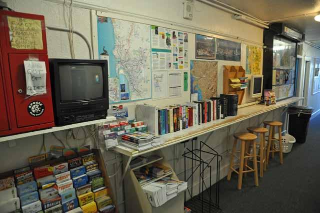Tag 3 2 So sieht das Hostel innen aus: Buchtausch und Infomaterial.