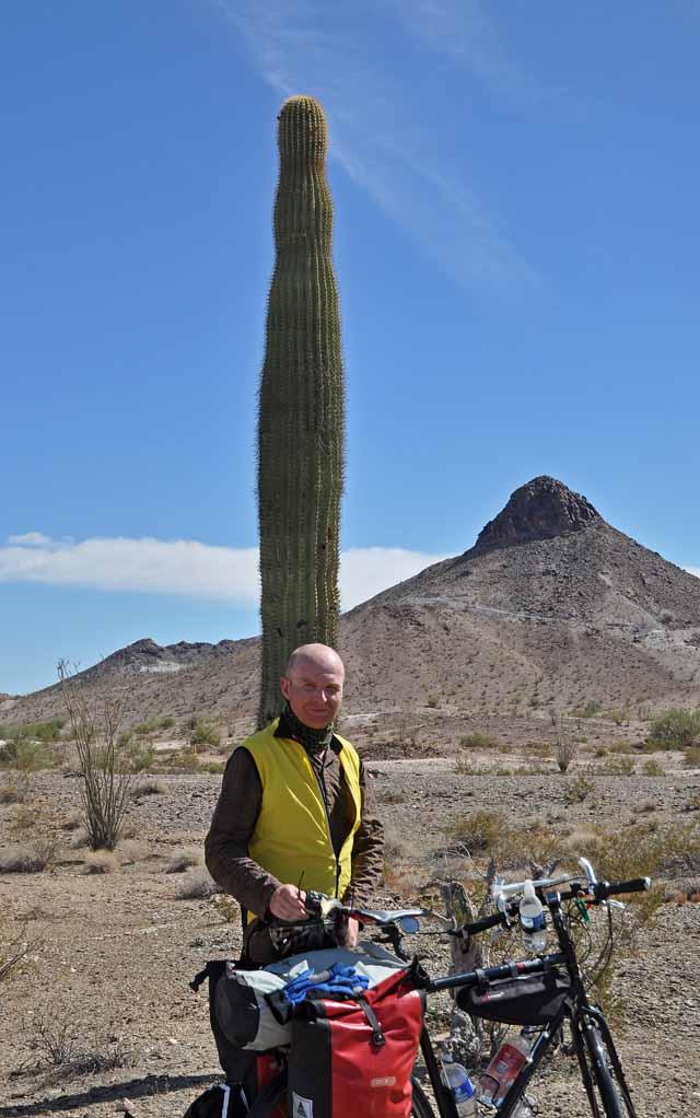 Tag 7 30 Bei Ehrenberg ließ ich mich von einem Rentner fotografieren. Man sieht gut, was passiert, wenn ein Knipser auf den Auslöser drückt: Beine und Fahrrad abgeschnitten, der Kaktus wächst aus dem Kopf.