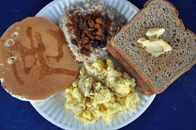 Tag 3 3 Frühstück gibt es dort inklusive: Toast, Butter, Pfannkuchen, Sirup, Rühreier, Haferbrei.