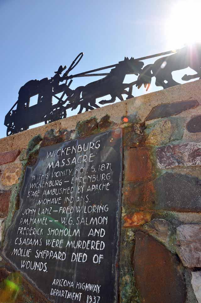 Tag 9 40 In Wickenburg erinnert dieses Mahnmal an von Indianern ermordete Siedler. Ein Denkmal für ermordete Indianer habe ich nirgends entdeckt...