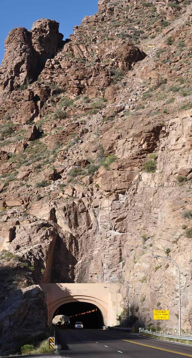Tag 13 52 Am nächsten Tag ging es die Berge im Hintergrund hoch. Es war sehr steil und es ging durch einen langen Tunnel.