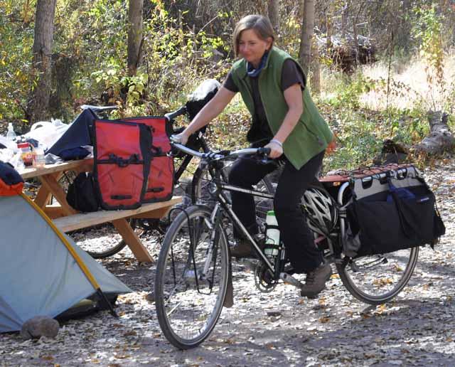 Tag 20 80 Eine Radlerin aus Houston hat an ihrem Rad eine spezielle stabile Verlängerung angebracht, damit sie mehr Gepäck transportieren kann.