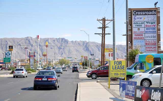 Tag 24 90 El Paso hat kein richtiges Stadtzentrum. An den Hauptverkehrsstraßen sieht es überall ähnlich aus: Fast-Food-Tempel, Geschäfte, Parkplätze, alles autogerecht.