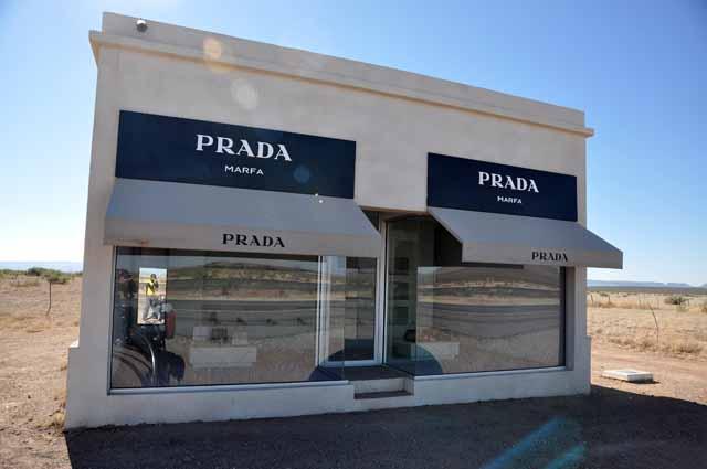 Tag 29 93 bis 95 Kurz vor Marfa steht ein Kunstwerk in der kargen Landschaft: Ein Prada-Laden.