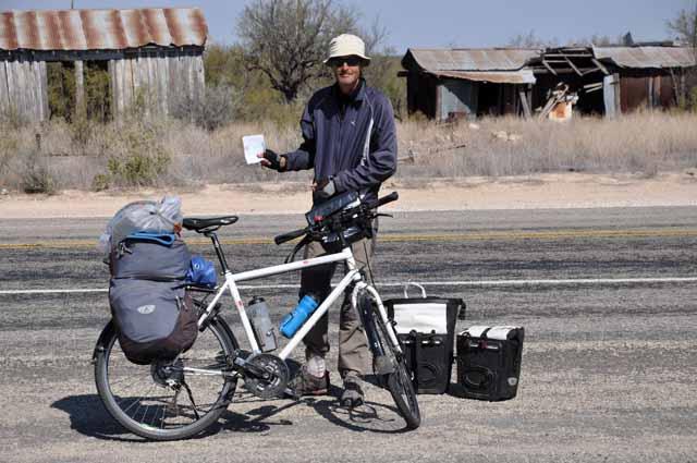 Tag 32 98 Der Franzose Eric kam mit dem Rad aus Alaska und will nach Feuerland. Wegen des starken Gegenwindes entschloss er sich in Richtung Del Rio zu trampen. Ein Fahrer eines Pick-ups nahm in mit. In der Hand hält Eric eine kleine Karte - seine einzige Orientierung auf seinem Weg durch die USA.