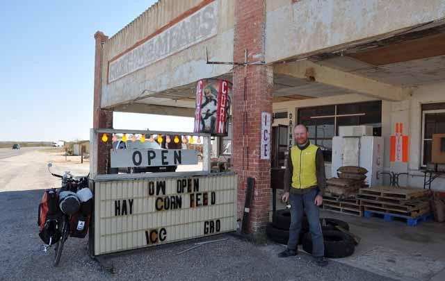 Tag 32 99 Geschäft für den täglichen Bedarf in Dryden.