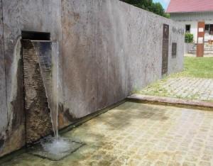 Die Neckarquelle in Schwenningen: Aus einer Betonwand sprudelt Wasser.