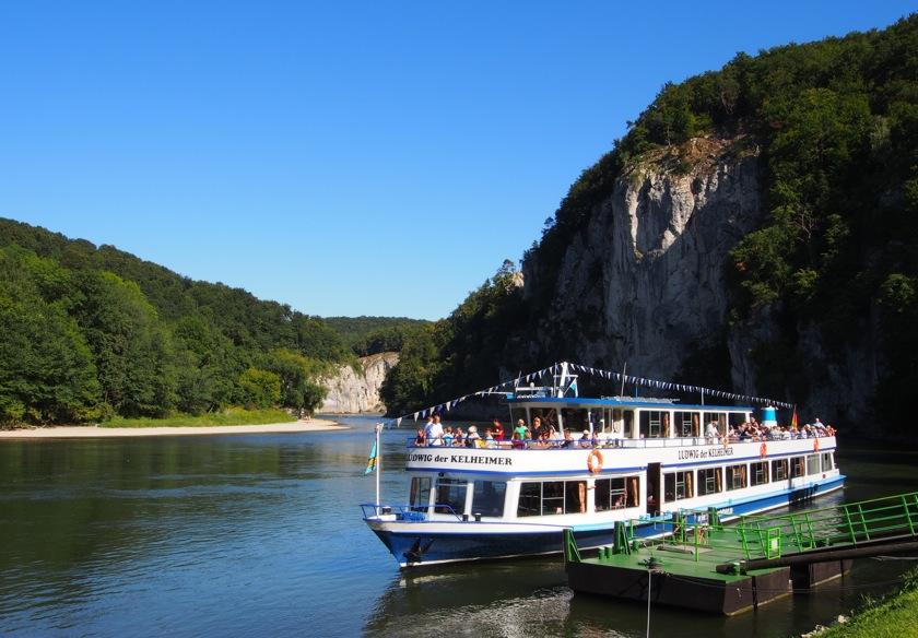 Der Donaudurchbruch beim Kloster Weltenburg kann per Schiff durchfahren werden.