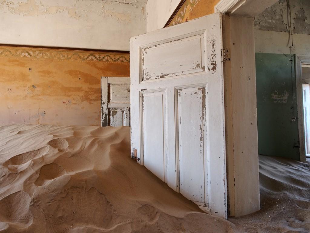 Namibia Kolmanskop: Früher wurden hier Diamanten gesucht, heute frisst der Sand die Häuser.